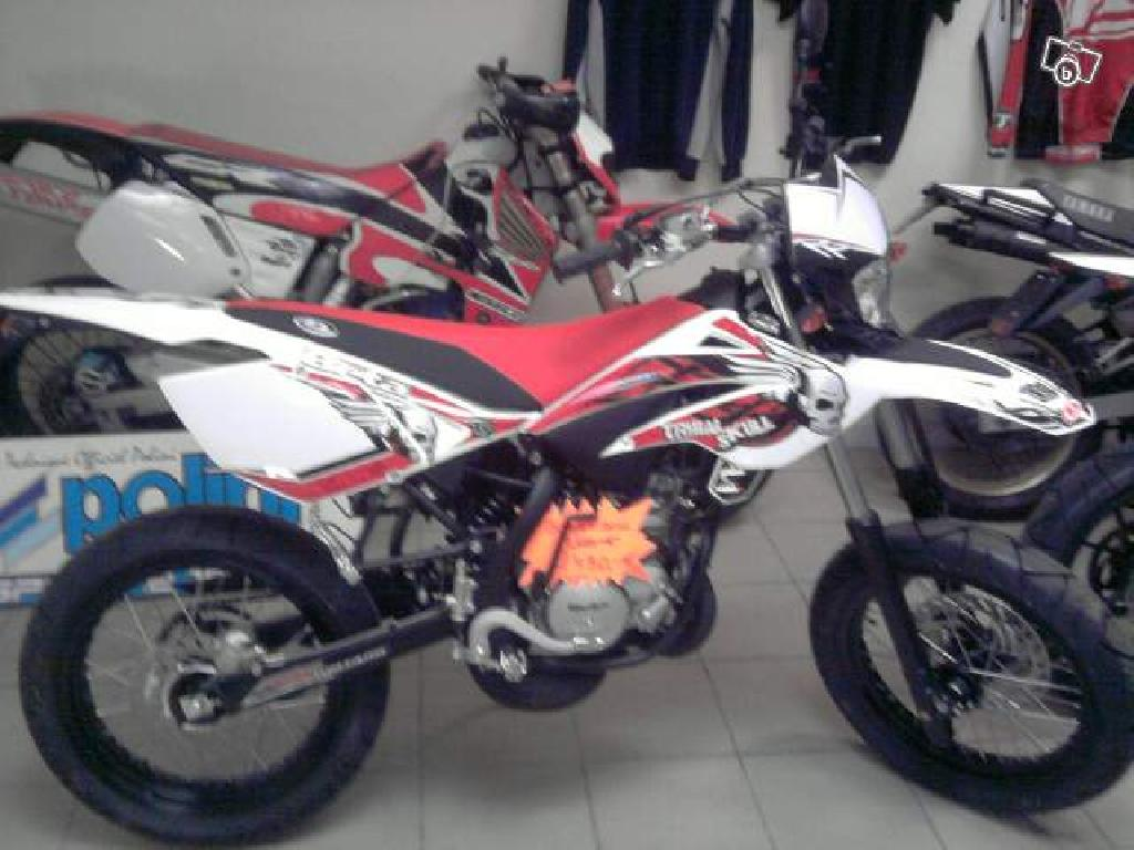 beta rr 50 motard tribal skull neuve de 2011 0 km 2 690 espace 2 temps. Black Bedroom Furniture Sets. Home Design Ideas